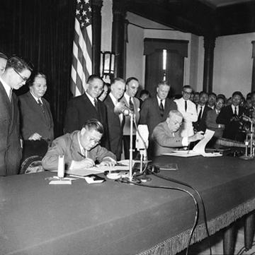 2017-03-27-外交部長葉公超(左)與美國國務卿杜勒斯(右)在臺北交換批准之文件,並宣布《中美共同防禦條約》生效。  (取自國家檔案資料庫)