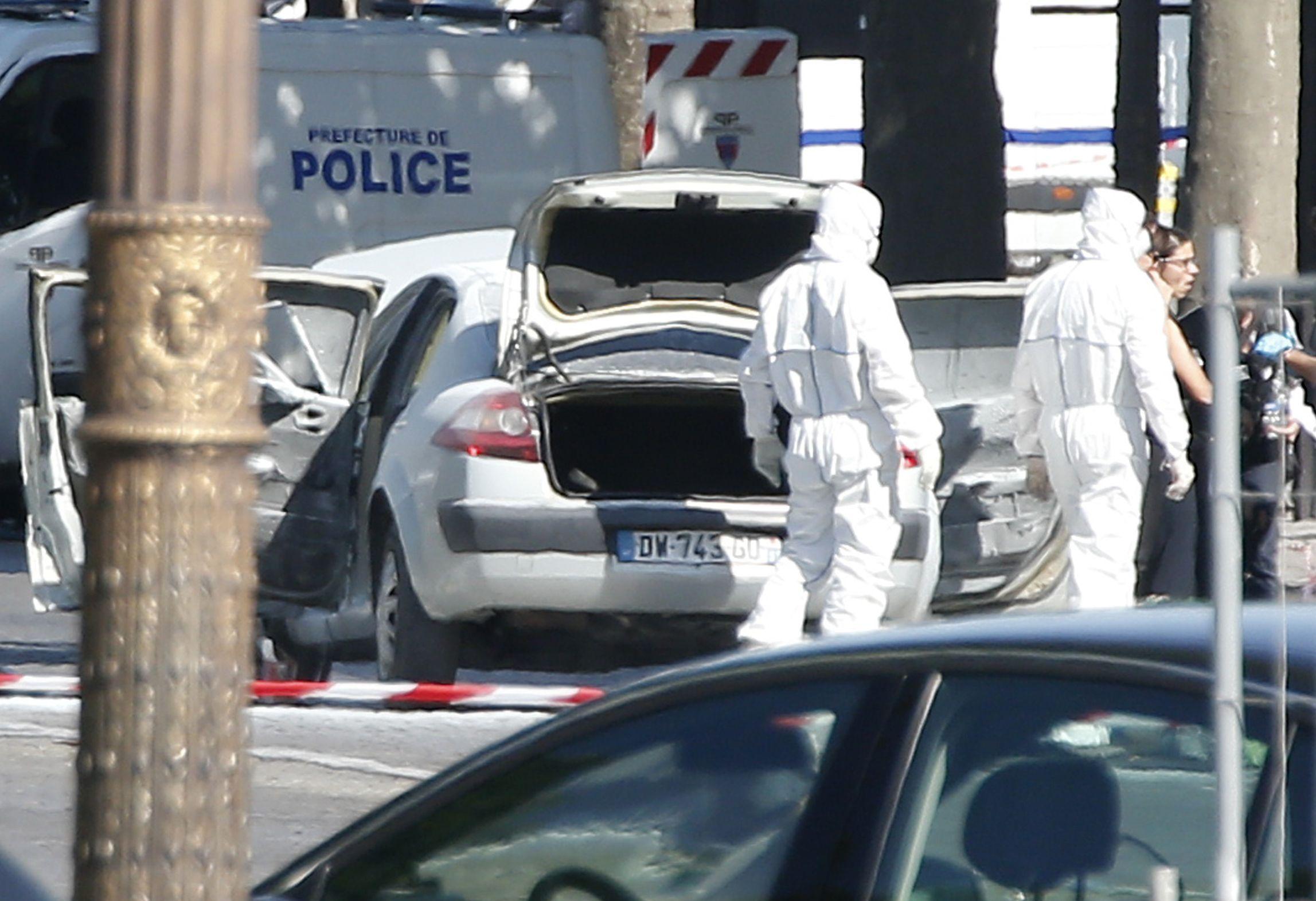 法國首都巴黎19日傳出攻擊事件,一名男子駕駛一輛載有槍械與爆裂物的小轎車開上香榭麗舍大道衝撞警車,但遭警方擊斃(AP)