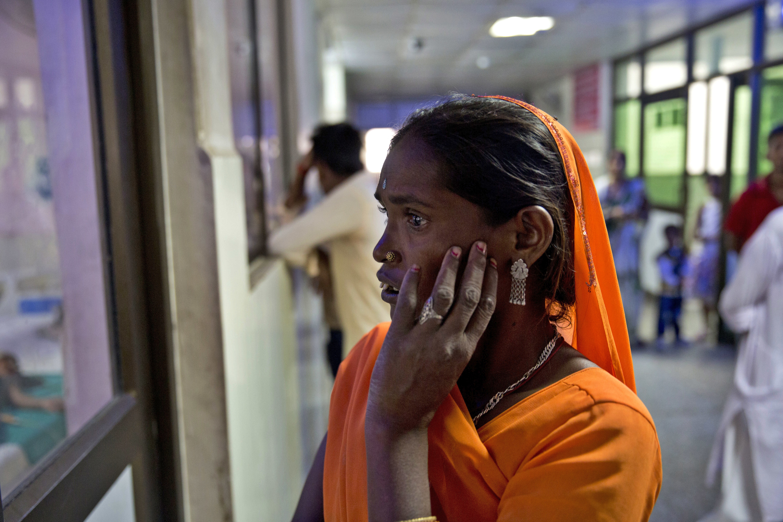印度北方邦的巴巴拉加夫達斯醫院近日傳出超過70名兒童陸續死亡,讓當地許多家長憂心忡忡。(美聯社)