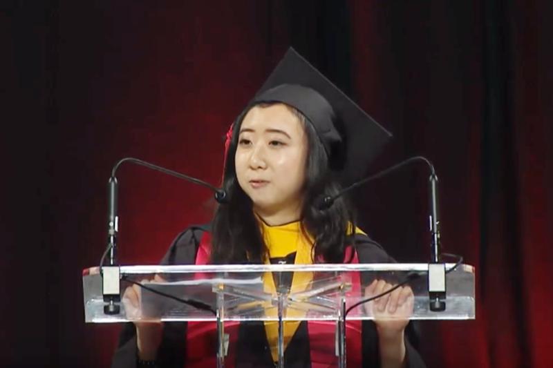 「全中國欠妳爸一個避孕套!」她在美國的畢業典禮演講,意外引爆14萬中國網友崩潰