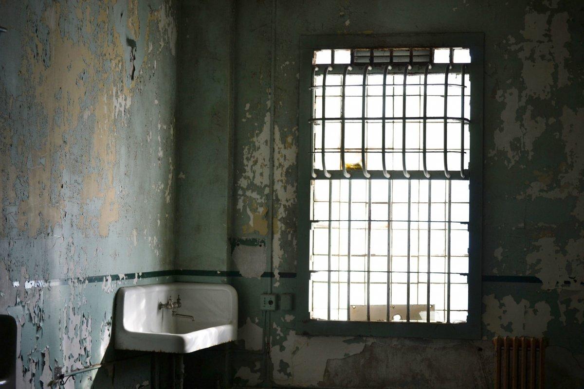 台灣健保缺漏,如何逼死獨居老婦?中風失能、3坪屋全尿味,他在台東看見地獄真貌