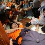 國道收費員佔領人事總處 與警方爆發推擠衝突