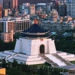 台灣國成員攀爬中正紀念堂 欲掛反蔣布條未成