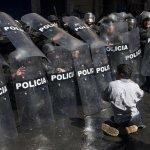 玻利維亞身障者到總統府前抗議 警方竟以強力水柱攻擊