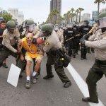 美國總統大選》川普赴加州造勢 反川普民眾與川粉爆發衝突