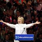 民主黨全國大會》承載歷史重量 打破冰冷形象 希拉蕊提名演說滿堂彩