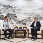 北市百位里長赴上海交流 高舉「中國統一是責任」字報
