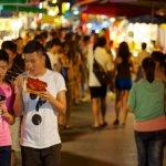 日本人為何來台灣一定要體驗逛夜市吃小吃?因為在老家,邊走邊吃會被當白目!