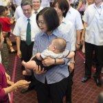 總統府親子日千人史上最多 蔡英文抱小嬰兒「秀秀」