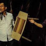李應元義賣木椅 「專業」叫賣化身拍賣主持人