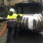 梅姬颱風》大水塔被吹落 警員冒雨推走