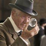 《福爾摩斯先生》影評:年老失智、失去華生的名偵探,終於明白人生最重要的是…