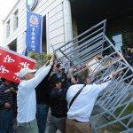 推柵欄、灑冥紙、擲雞蛋 直擊軍公教抗議年金改革豁出去!