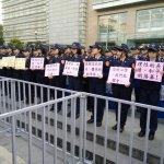 年金改革座談衝突》女警舉溫情標語站前線「女兒牆」讓網友好心疼