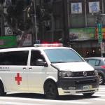 為何癱倒路上卻堅持不搭救護車?84歲老奶奶只回答一句話,卻感動現場所有人…