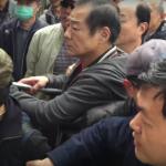 「800壯士」繞立院遊行鬧場 向記者潑水飆罵三字經