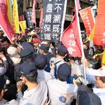抗議年金改革,闖入立院民眾被帶入警備室