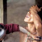 用獵來的人頭骨當衣服的裝飾、以天然的短棒幫勇士紋身…這個部落文化令人超級驚嘆