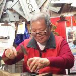 當老店急交班,他為何不要人接三代家業?百年工夫消逝,大稻埕74歲刻字師動人告白