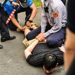 抗議大觀社區拆遷 民眾遭警用束帶壓制 蘇煥智:警方恐涉傷害罪