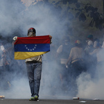 委內瑞拉「示威之母」抗議行動》百萬人上街爆發流血衝突至少3死 馬杜洛指責美國幕後操控「政變」