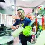 屹立一級戰區30年!工地出身的他借錢頂下永康街店面,打造飄香世界最強刀削麵