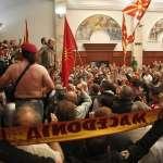 比台灣立法院還亂!馬其頓政府難產 抗議民眾硬闖國會、打到最大在野黨黨魁濺血