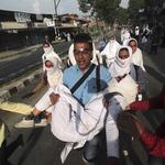 「滾回你的印度去!」印控克什米爾地區的新勢力:一群砸石頭抗議的少女