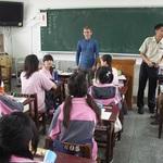 楊宗翰把世界帶帶進他們的教室:《沙發客來上課》選摘