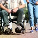 你知道有多少老人因害怕跌倒而足不出戶嗎?居家護理師這樣幫助他們「起步走」