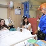 曼城恐攻》英國女王探視受傷孩童 感謝醫護人員辛勞