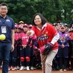 不再「暴投」!女子壘球聯賽開球 蔡英文控球進步