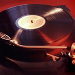 還以為老人才玩就落伍啦!黑膠正夯!年輕世代復古熱,顛覆音樂界