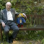 兒童文學界的巨人、英國「柏靈頓熊」之父麥可.龐德辭世 享壽91歲