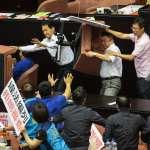 立院前瞻摔角大賽開打!顏寬恆、吳秉叡互丟椅 汽笛聲四起