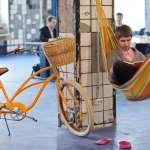 辦公室像小酒館?帶寵物進公司?他們用Google、FB式的空間重寫「上班」的定義