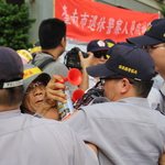 與警爆發推擠 世大運抗議群眾阻擋選手車