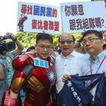 國民黨全代會》「拒刪和平政綱」藍天聯盟抗議 力挺洪秀柱