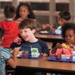 英國最不可動搖的政策,就是孩子們的免費營養午餐!首相梅伊還差點因此丟了官位…