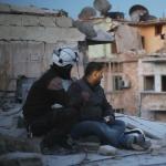他們每天在掃射跟爆炸聲中挖開瓦礫救人!一部紀綠片,看見敘利亞戰火中最熾熱的愛心
