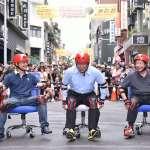 柯文哲體驗「辦公椅競速」龜速滑行、方向走偏、笑翻全場