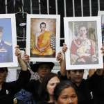 泰王蒲美蓬國葬儀式揭開序幕 大批民眾冒雨卡位淚送先王