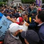 「這裡每個都大你30屆!」 八百壯士抗爭遭舉牌 火爆嗆警、揚言衝總統府