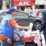 推輪椅一包面紙賣100,真的「賺很大」嗎?直擊身障者叫賣日常 再苦也要活得有尊嚴
