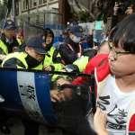 「我們有繳稅,畜生!」 抗議勞基法卻被優勢警力阻擋過路 民眾爆粗口怒砸雞蛋