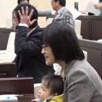 工作、育嬰如何兼顧?日本女議員攜稚子開會 竟遭男議員請出議場