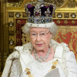 欲戴王冠,必承其重?英國女王罕見打趣:戴王冠不能低頭,否則我的脖子會斷掉!