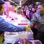 淩晨前往萬華市場視察,柯文哲:都更獎勵將明文化