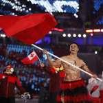 平昌冬奧開幕式最吸睛》「一脫成名」的東加猛男選手回來了!不畏寒冷大秀招牌油肌、嗨翻全場