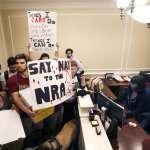 美國槍枝為何禁不了?紐時專欄作家佛里曼:全國步槍協會勾結共和黨,有如「冷血邪教」